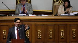Au micro, Freddy Guevara, premier vice-président de l'Assemblée nationale du Venezuela. Derrière lui, le président Julio Borges et la seconde vice-présidente Dennis Fernandez.