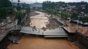 Pont écroulé à Gongyi dans le Henan, Chine après les pluies diluviennes