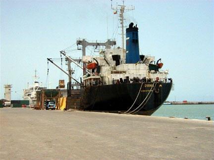 Vue du port de Cotonou, au Bénin, où sont livrées des milliers de voitures chaque année.