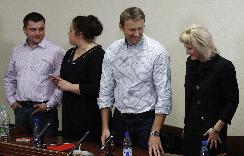 Алексей Навальный, Петр Офицеров и их адвокаты после вынесения приговора в Кировском суде 16/10/2013