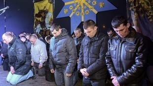 烏克蘭西部地區防暴警察為鎮壓示威而向民眾道歉