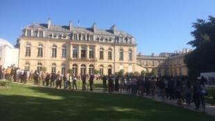 Multidão espera na fila em Paris para entrar no Palácio do Eliseu (sede da presidência da república francesa) na manhã de 21 de Setembro de 2019.