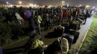 Evacuação esta segunda-feira do acampamento de Calais para outras regiões da França
