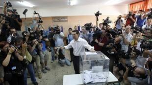 O líder do Syriza, Alexis Tsipras, vota em Atenas neste domingo, 17 de junho.