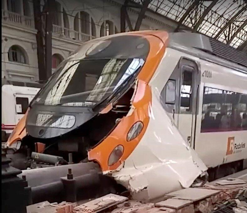 Segundo testemunhas, o trem não conseguiu frear ao chegar à estação da França, em Barcelona, nesta sexta-feira (28).