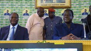 Au premier plan, Alassane Ouattara (à gauche) et Henri Konan Bédié, le 21 janvier 2010, lors du meeting du RHDP.