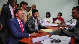 Au bureau de l'OVEC (Organe de Vérification et d'Enregistrement des Candidatures), Ny Rina Randriamasinoro (cravate rouge) et son mandataire, déposent le dossier de candidature pour participer à l'élection municipale dans la capitale, sous la bannière TIM.