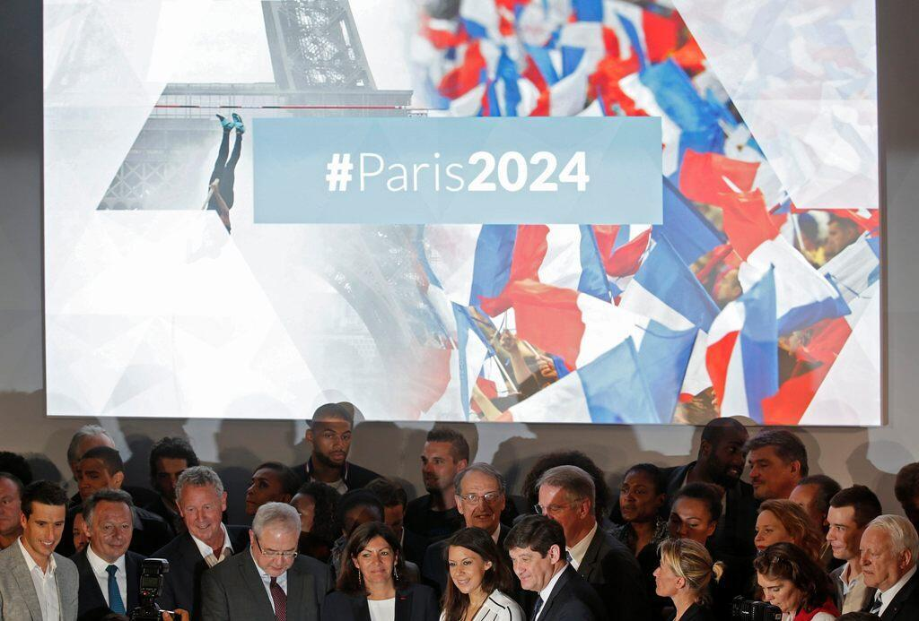 French athletes and officials pose, including city mayor Anne Hidalgo (5thL), as they attend an event to launch the Paris bid to host the 2024 Olympic and Paralympic Games in Paris, France, June 23, 2015.