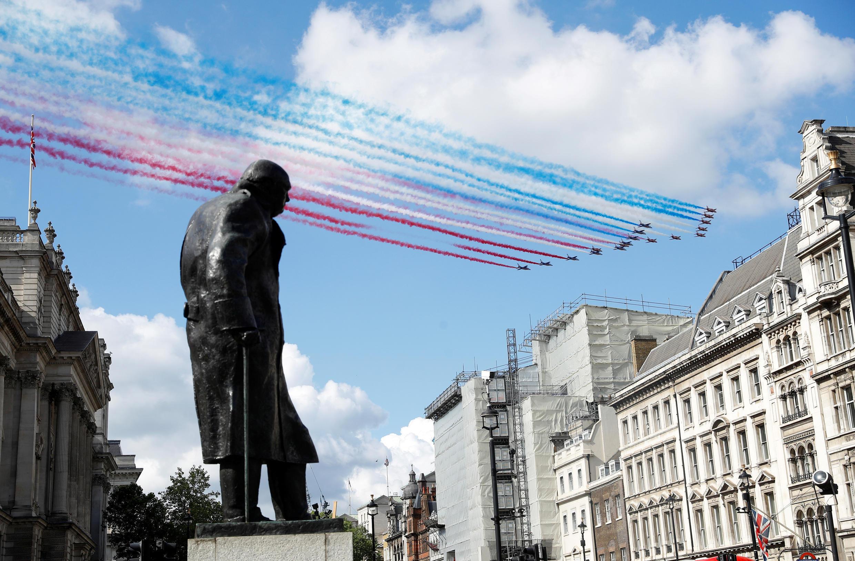 Пролет над Лондоном и памятником Уинстону Черчиллю пилотажных групп ВВС Франции и Великобритании The Red Arrows и La Patrouille de France во время встречи Макрона и Джонсона 18 июня 2020.