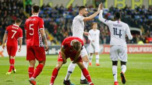 Olivier Giroud remercie Blaise Matuidi qui lui a offert le troisième but face à la Moldavie (4-1). Le 22 mars 2019.