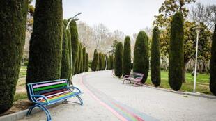 پارک لاله تهران، همانند سایر پارکهای کشور، به علت جلوگیری از گسترش ویروس کرونا، به روی عموم بسته است
