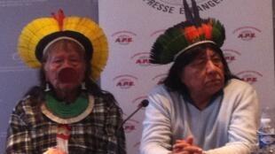 O cacique caiapó Raoni Metuktire (d) e seu sobrinho, Megaron Txucarramae, durante coletiva de imprensa que encerrou a campanha Amazônia em Risco em Paris nesta quinta-feira.