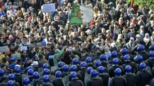 Manifestação anti-governo em Argel a 11/12/2019, na véspera das eleições presidenciais.