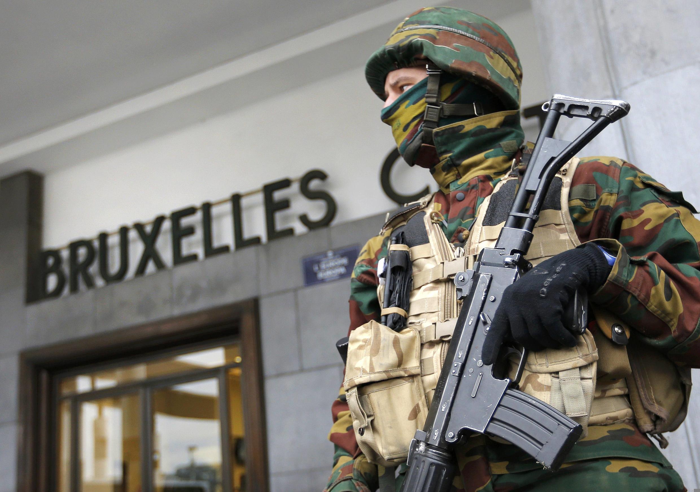 Acesso à estação central de Bruxelas sob vigilância.