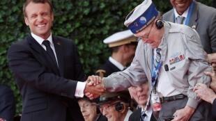 Президент Макрон и американский ветеран на церемонии в Кольвиль-сюр-Мер 6 июня 2019