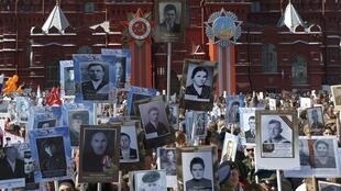 """9 мая в России прошла акция """"Бессмертный полк"""" - демонстранты прошли колонной с портретами родственников, участвовавших в Великой Отечественной войне."""
