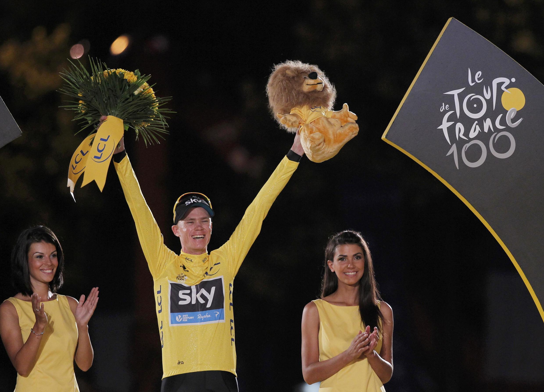 O ciclista britânico Christopher Froome comemora sua vitória na 100ª Volta da França, neste domingo, dia 21 de julho, em Paris.