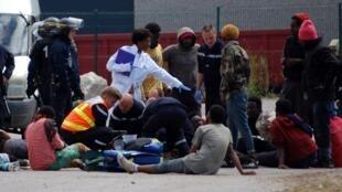 Les secouristes au chevet des blessés de la bataille rangée entre migrants.