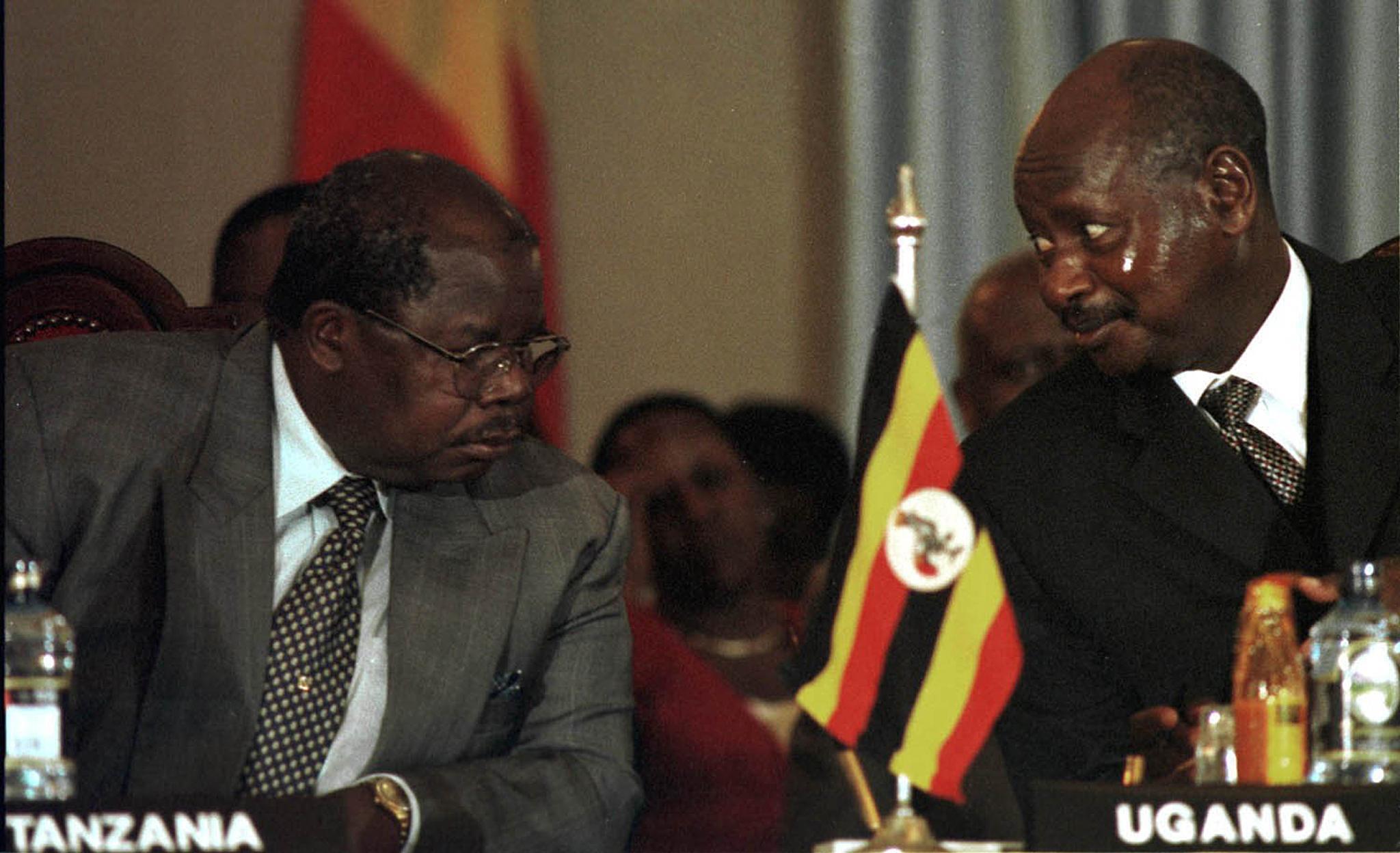 Benjamin Mkapa na Rais wa Uganda Yoweri Museveni katika moja ya mazungumzo ya Burundi mwaka 2000