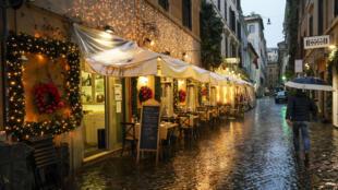 Dans les rues de Rome, les décorations de Noel sont désormais installées chez les commerçants et les restaurateurs