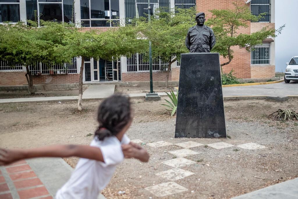 À Ciudad Caribia, « On ne parle pas mal de Chavez », prévient une affiche. « Par contre de Maduro, oui », dit un habitant en riant. Une fille court devant un buste d'Hugo Chavez.