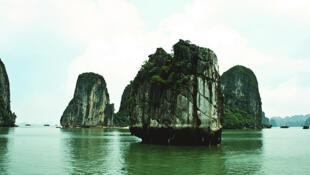 Vịnh Hạ Long, một trong những cảnh quan kỳ thú của Việt Nam mà du khách khó thể bỏ qua.