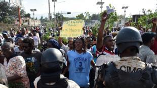 Des manifestants anti-Martelly face aux forces de l'ordre, le 30 janvier 2016 à Port-au-Prince.