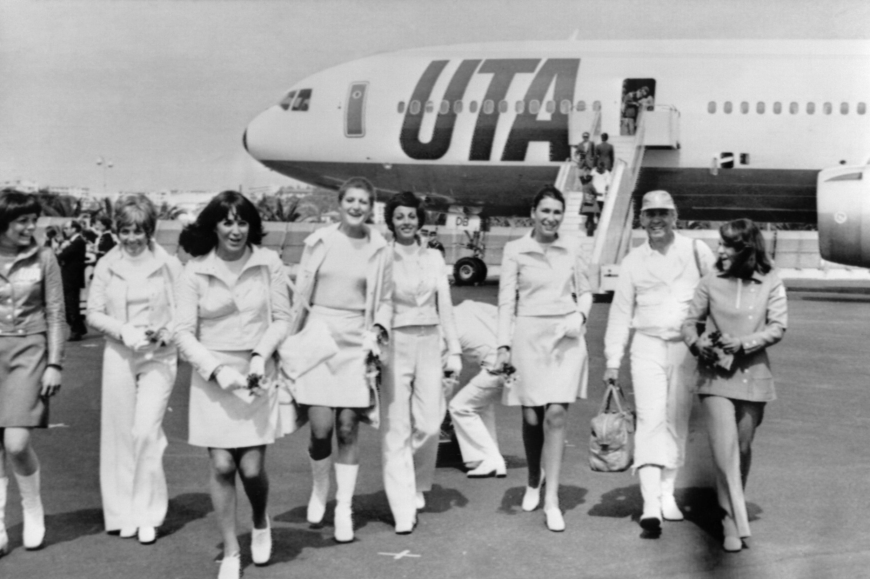 Le couturier André Courrèges avec ses mannequins après avoir débarqué du DC10 à bord duquel il a présenté les nouveaux uniformes qu'il a créés pour les hôtesses de la compagnie UTA, le 06 avril 1973 à Nice.