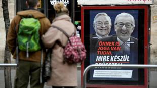 Chiến dịch tuyên truyền của chính phủ Orban chỉ trích tỉ phú George Soros và chủ tịch  Uỷ Ban Châu Âu, Jean-Claude Juncker, tại Budapest, Hungary. Ảnh chụp ngày 21/02/2019.