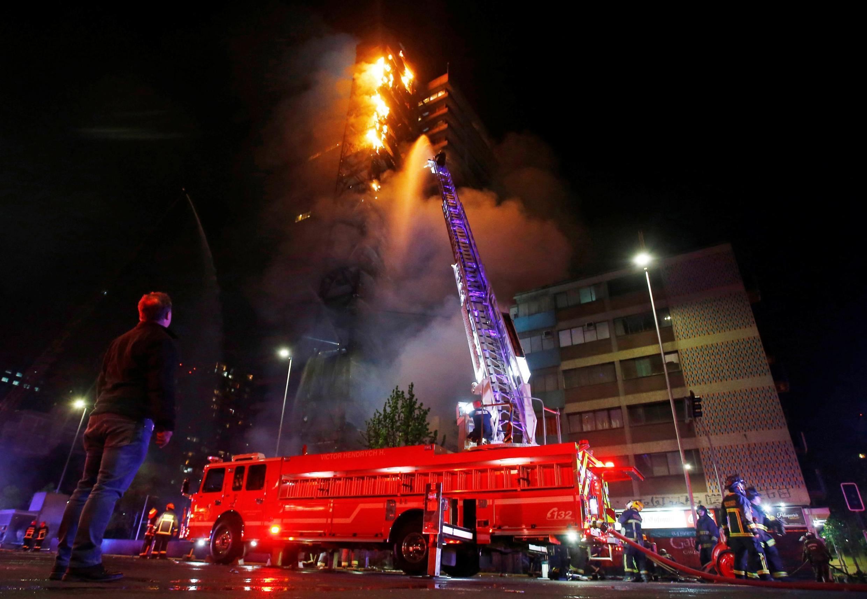 Le bâtiment de la compagnie d'électricité ENEL en feu, dans la nuit du 18 au 19 octobre.