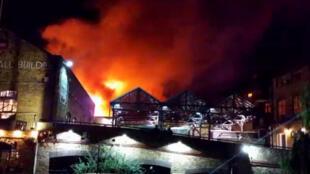Um incêndio atingiu o Camden Lock Market, em Londres, neste domingo (9).