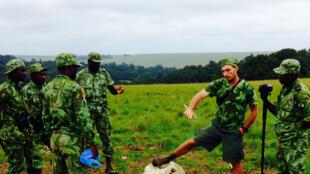 Briefing des écogardes autour des restes d'un éléphant.