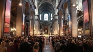 Messe célébrée à l'église Saint-Sulpice (Paris) le 17 avril 2019, deux jours après l'incendie de Notre-Dame de Paris.