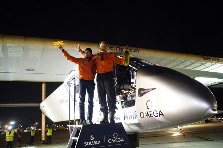 Los pilotos Bertrand Piccard y Andre Borschberg junto al Solar Impulse 2