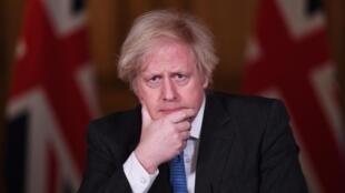Boris Johnson, con gesto pensativo durante una rueda de prensa virtual sobre la situación de la pandemia que dio desde su residencia oficial del número 10 de Downing Street, el 15 de febrero de 2021 en Londres