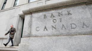 Le gouverneur de la Banque du Canada, Stephen Poloz, sort du bâtiment de l'institution à Ottawa, le 18 avril 2018. (Photo d'illustration)