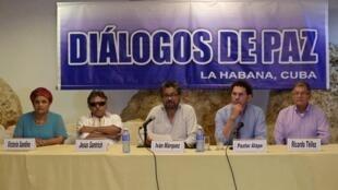 O líder da delegação das Farc, Iván Márquez ( centro), durante entrevista coletiva neste sábado, em Havana.