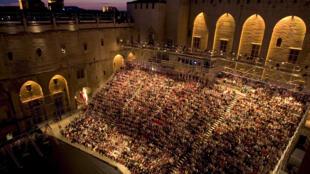 O Palácio dos Papas em Avignon vira um imenso teatro durante o festival
