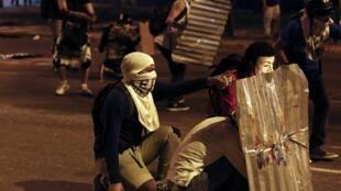 Manifestantes anti-governo montaram barricadas em Caracas, Venezuela, em 24 de fevereiro de 2014..