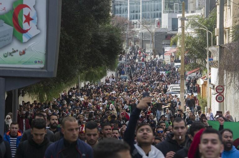 Universitários protestaram na quarta-feira (26), em Argel.