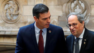 Le Premier ministre espagnol Pedro Sanchez (g) et le leader régional catalan Quim Torra à leur arrivée pour une réunion au Palau de la Generalitat à Barcelone, le 6 février 2020.