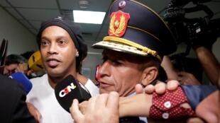 Ronaldinho quitte la Cour suprême d'Asunción au Paraguay le 6 mars 2020.
