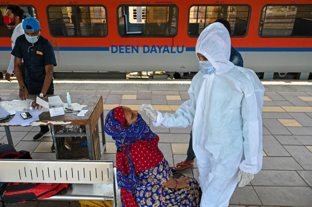 Un agent de santé effectue un test du Covid-19 à l'arrivée d'un train à Bombay, en avril 2021. Le pays enregistre toujours plus de 50 000 cas par jour et doit également faire face aux troubles psychologiques liés à la maladie.