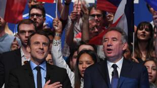 Emmanuel Macron và Francois Bayrou (P) trong cuộc vận động tranh cử tổng thống ở Pau, tây nam nước Pháp, ngày 12/04/2017