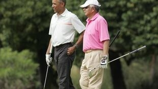 Barack Obama et le Premier ministre malaisien Najib Razak conversent sur un green de golfe d'une base militaire de Hawaï, où le président américain passe ses vacances, le 24 décembre 2014.