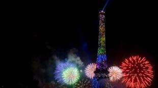 Queima de fogos em Paris.