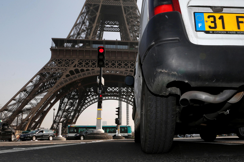 Autoridades tentam tirar os veículos mais poluentes das ruas de Paris.