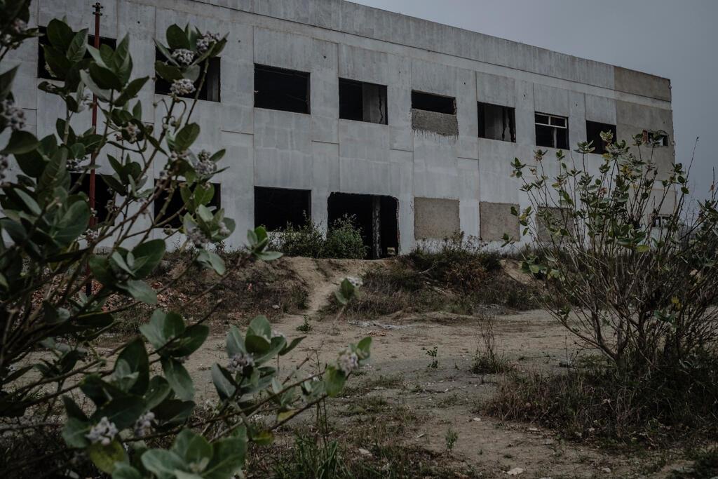 Le futur lycée de Ciudad Caribia est maintenant un bâtiment abandonné faute de financement.
