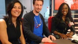 Charlotte Méas, Gref Dandelot y la cantante del grupo, la cubana Anais Ramos, en los estudios de RFI.