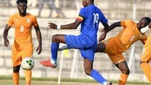 Le capitaine de la Centrafrique Geoffrey Kondogbia (en bleu) face à la Côte d'Ivoire lors des éliminatoires de la CAN 2019.